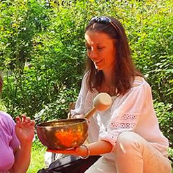 Koncert na misach i gongu w Ogrodzie Mehoffera